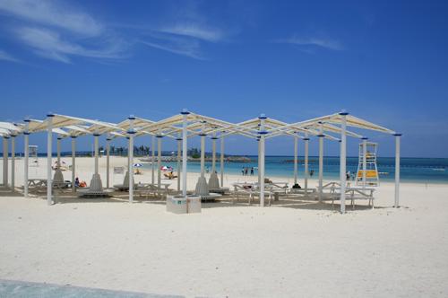 エメラルドの海に真っ白な砂浜