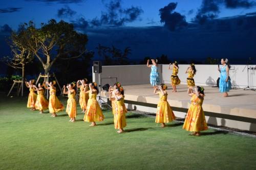 イベント広場でフラダンス